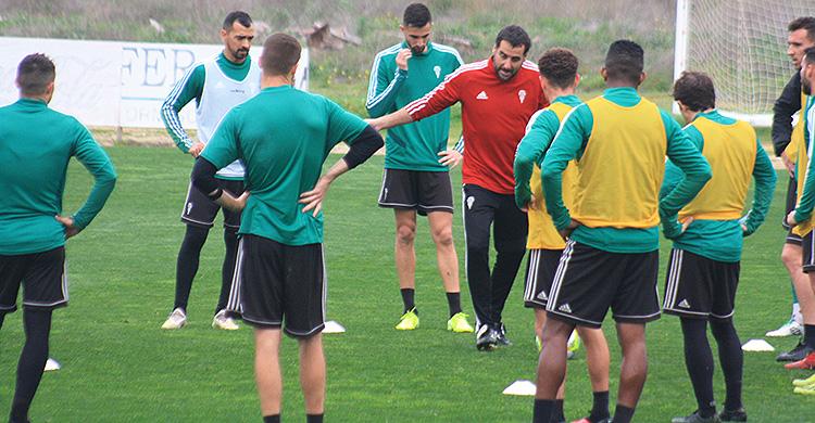 Arnau Sala dirigiéndose a los jugadores blanquiverdes en el penúltimo entrenamiento de la semana.