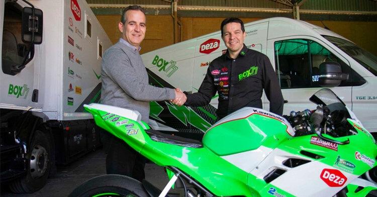Antonio Deza y Luis Castro rubricando el acuerdo de patrocinio, por el que DEZA Calidad volverá a ser patrocinador principal. Foto: BOX 77 Competición