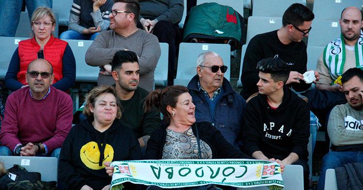 Varios aficionados del Córdoba mostrando su bufanda.