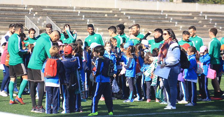 Los niñ@s del Colegio Calasancio a la caza de autógrafos entre los jugadores del Córdoba CF.