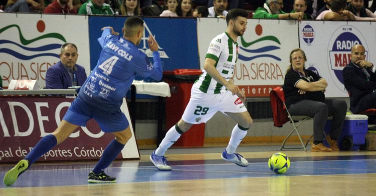 César intentando un pase ante un jugador de Peñíscola. Foto: Córdoba Futsal