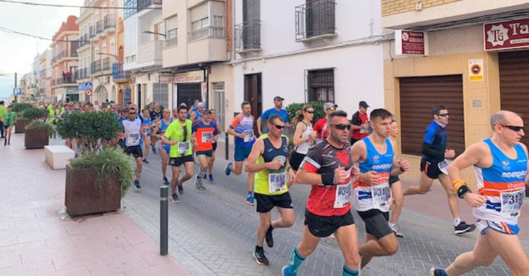 Los corredores pasando por las calles de la bella localidad pontana. Foto: Visit Puente Genil