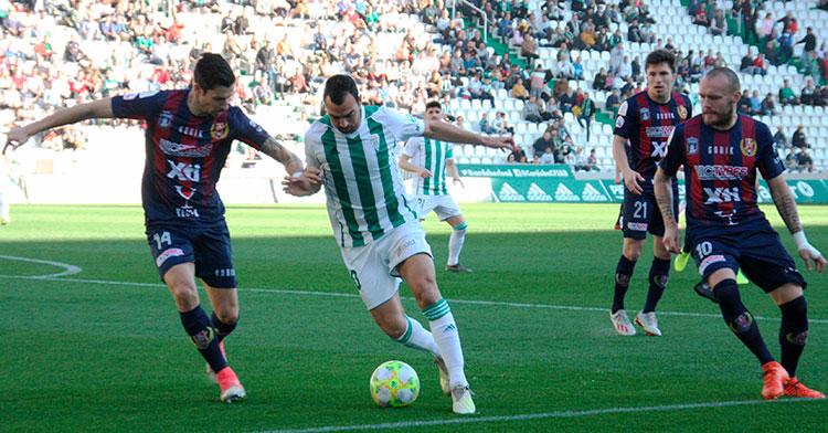 Miguel de las Cuevas superando a un jugador del Yeclano.