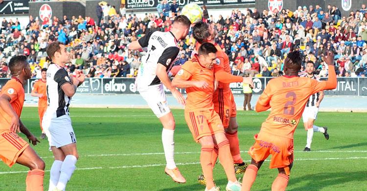 Xavi Molina y Jesús Álvaro buscan el balón a la salida de un córner ante César Morgado