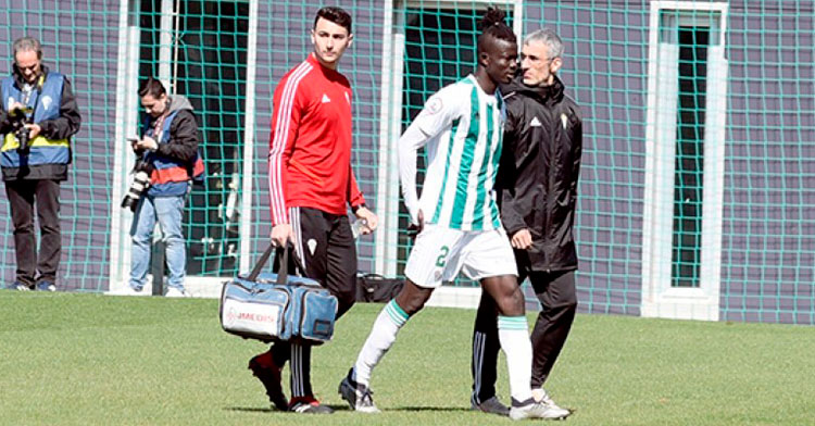 Djetei retirándose del terreno de juego con el doctor Bretones tras su lesión en Cádiz.