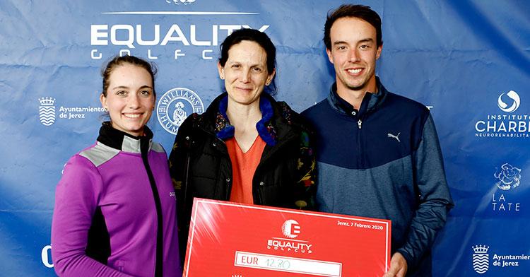 Víctor Pastor junto a la presidenta de la Fundación Recaída 0 donando los euros recaudados gracias a su birdies y los de Laura Gómez en Sherry Golf Jerez.