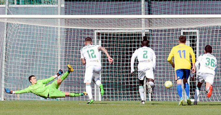 Edu Frías en el lanzamiento del penalti.