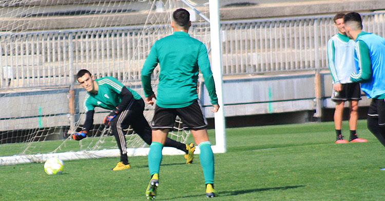 Edu Frías poniendo el balón en juego durante el entrenamiento.