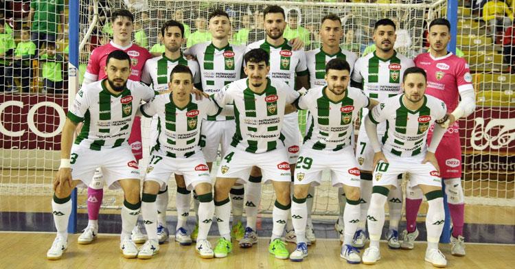 Koseky posando junto a sus compañeros antes del duelo contra Peñíscola. Foto: Córdoba Futsal