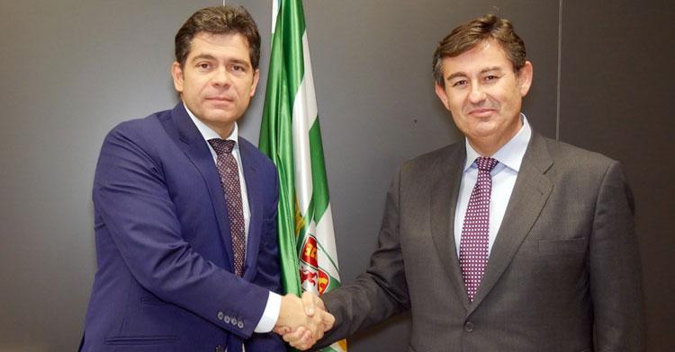 El apretón de manos entre Estepa y González Calvo el pasado 5 de diciembre, en un proceso ahora en el aire. Foto: Córdoba CF