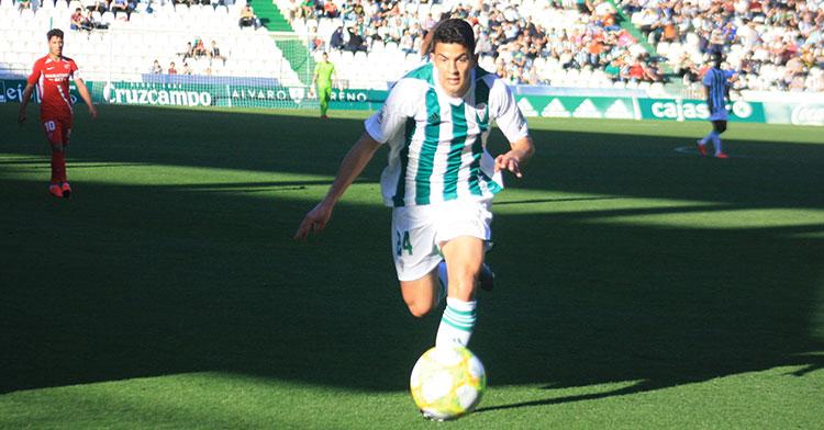 Fran Gómez persiguiendo el balón ante el Sevilla Atlético.