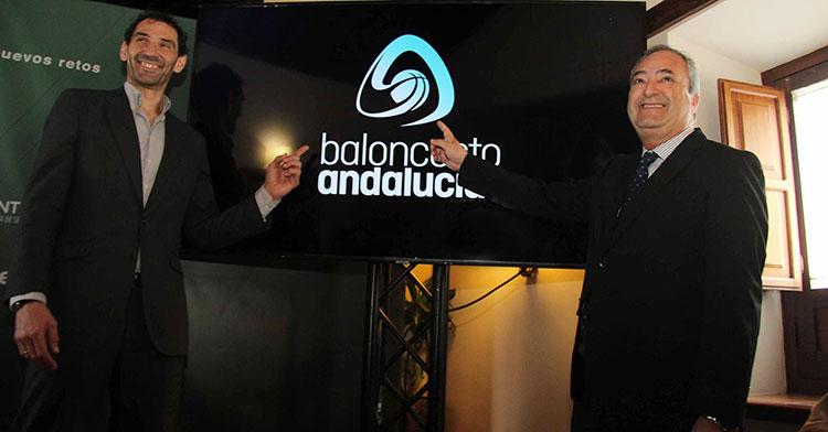 Jorge Garbajosa y Antonio de Torres mostrando la nueva imagen de la FAB.