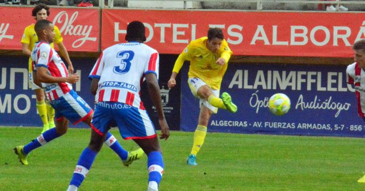 El cordobés Nieto en su disparo a gol en Algeciras. Foto: Cádiz CF