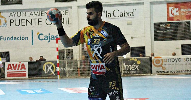 El iraní Esteki con el balón en uno de sus primeros ataques con el Ángel Ximénez-Avia.