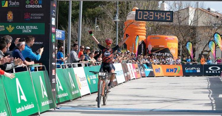 Iván Diaz entrando vencedor en meta