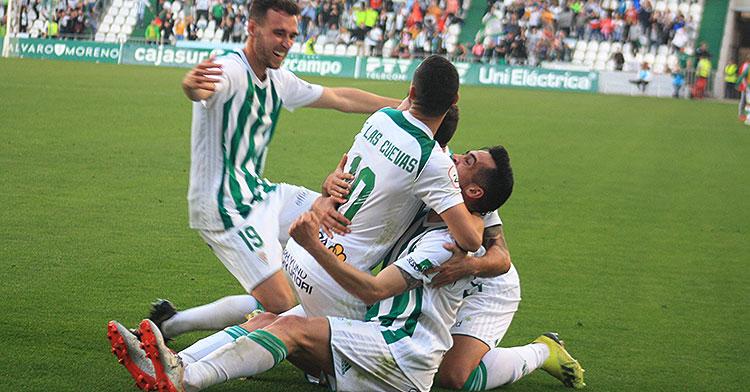 El éxtasis del gol de Iván Navarro abrazado a Miguel de las Cuevas con Imanol García sumándose a la piña blanquiverde.