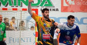 Javi García pide el balón pese a la defensa de un jugador del BM Benidorm.