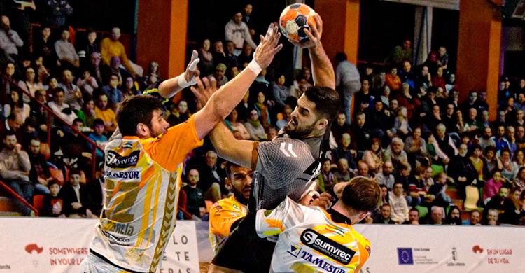 Javi García y Víctor Alonso intenta bloquear la penetración de un jugador del Liberbank Cuenca.