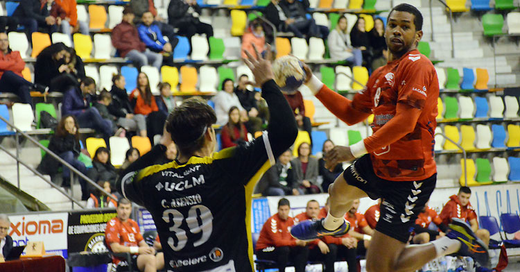Jorge Nazario volando para lanzar. Foto: CBM