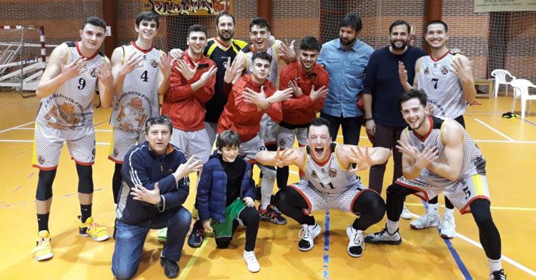 Los jugadores de Juanra Guzmán, felices tras su novena victoria. Foto: CP Peñarroya