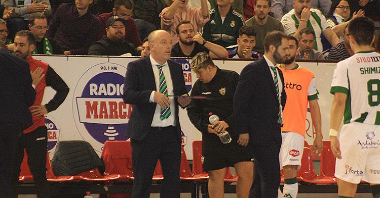 Maca sacando la pizarra en los minutos finales ante el Zaragoza, su último partido como entrenador del Córdoba Patrimonio de la Humanidad.