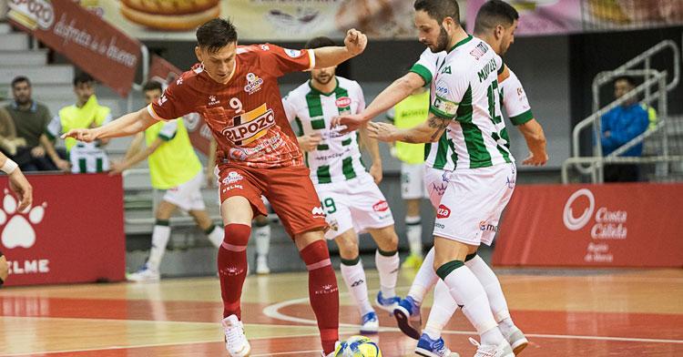 Manu Leal intentando robar la pelota. Foto: Pascu Méndez / ElPozo Murcia