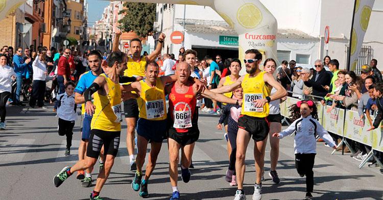 Miguel Ríos entrando en meta en su última Media Maratón de Puente Genil.
