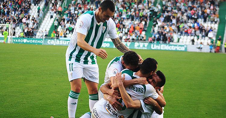 Moutinho llega a la piña humana que formaron Iván Navarro, Miguel de las Cuevas e Imanol García.