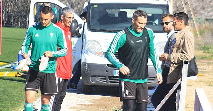 Piovaccari y Moutinho retirándose del entrenamiento tras departir con el doctor Bretones y Juanito.