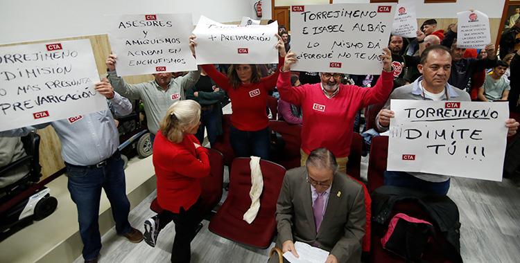 Clamor contra Torrejimeno en el pleno del Ayuntamiento de Córdoba pidiendo su dimisión como presidente del IMDECO.