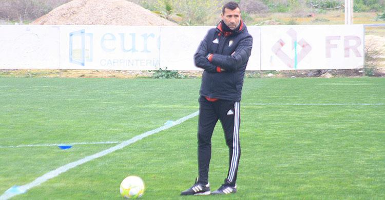 Pensativo. Raúl Agné, bien pertrechado ante el frío, durante la sesión de entrenamiento.