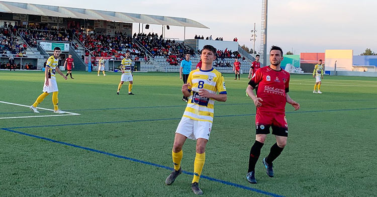 Un jugador del Salerm encimado a un rival del Coria.