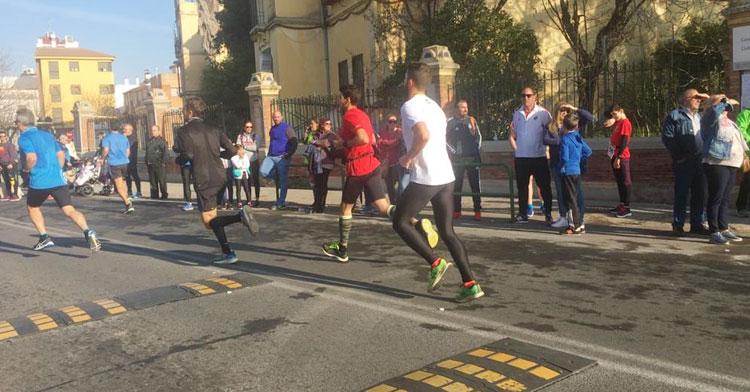 Varios runners en acción en una de las populares de 2020. Foto: Mamen Montoro