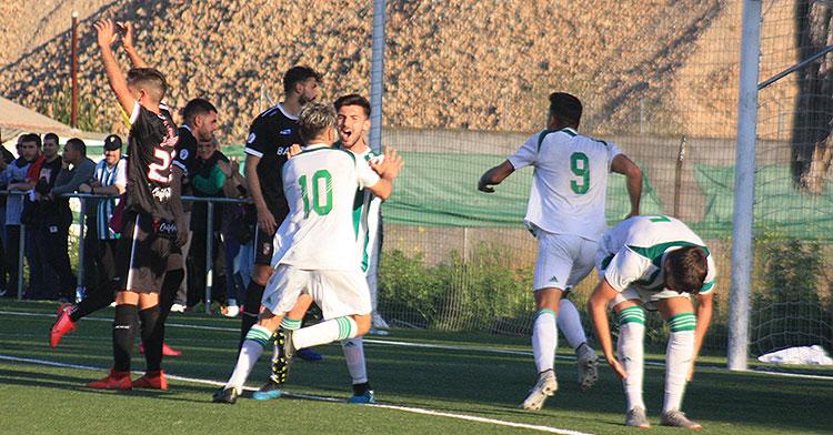 Vera sale disparado a celebrar su gol del empate ante el Ceuta con sus compañeros y los aficionados cordobesistas del fondo.