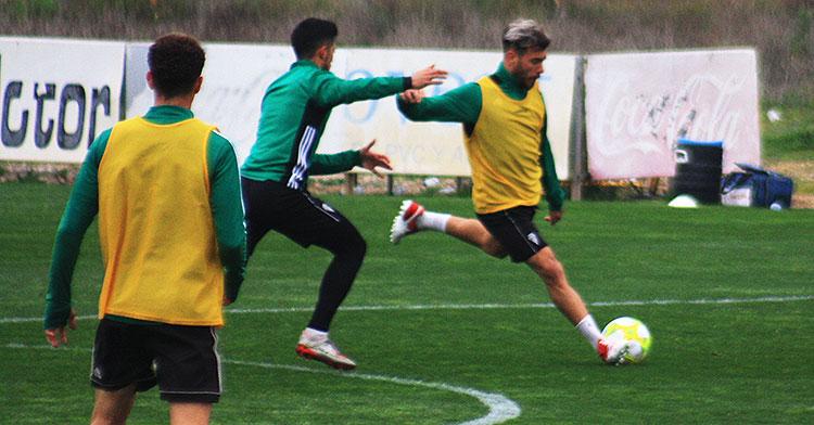 Vera antes de desplazar el balón en largo con Iván Navarro intentando encimarle.