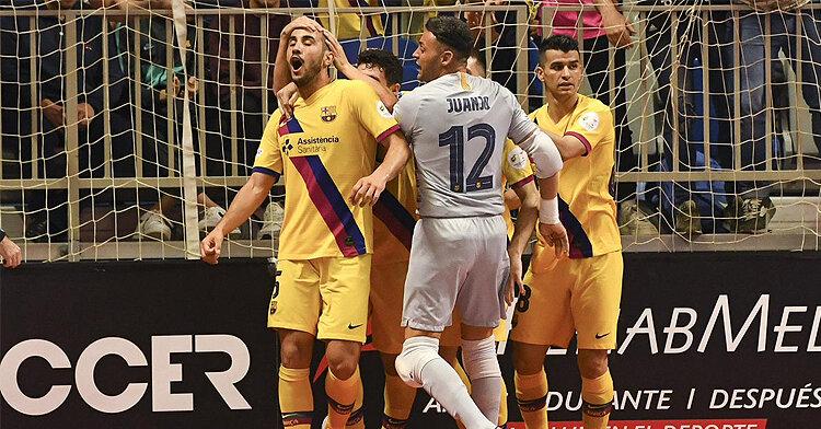 Boyis felicitado por sus compañeros tras el gol. Foto: FC Barcelona