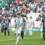 Carlos Valverde coge el balón en un parón del último partido ante el Cartagena.
