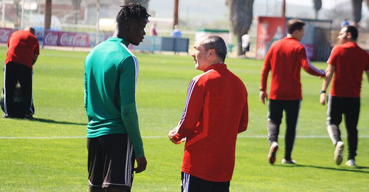 Juan Sabas departiendo con Djetei en su primer entrenamiento al frente del Córdoba CF.