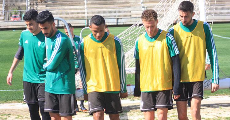 El hondureño Luis Garrido trasladando una portería entre Antonio Moyano y Jordi Tur.