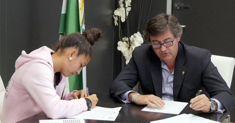 Wifi firma su primer contrato como jugadora profesional en la entidad blanquiverde. Foto: Córdoba CF