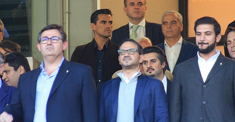 Juanito y Miguel Valenzuela al fondo del palco, con los máximos rectores del club en primer plano.