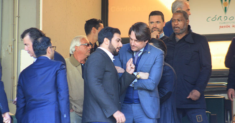 Adrián Fernández Romero departiendo con Abdulla Al-Zain ayer en el palco. Adrián Fernández Romero departiendo con Abdulla Al-Zain ayer en el palco.