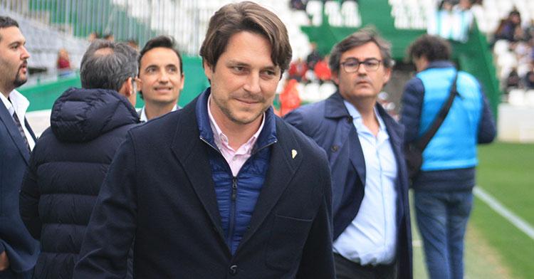 El consejero Adrián Fernández Romero, con Javier González Calvo al fondo en los prolegémenos del partido ante el Algeciras.