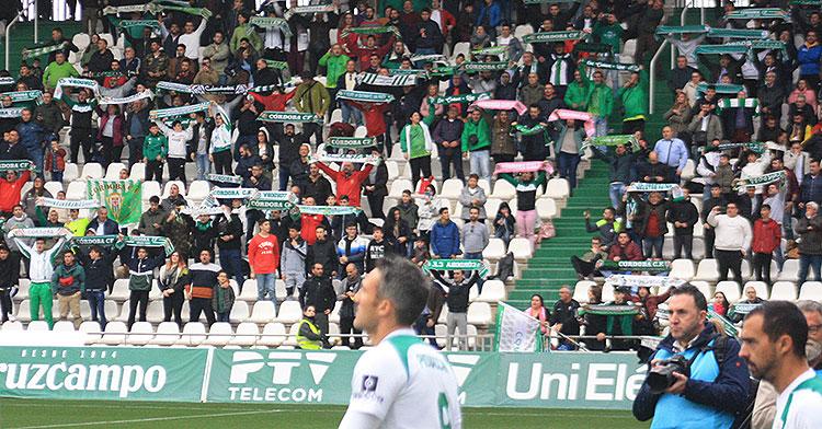 La afición cordobesista recibiendo a su equipo el pasado domingo antes del inicio del partido ante el Algeciras.