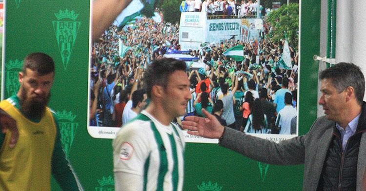 Alfonso Serrano animando a Piovaccari tras acabar el partido ante el Algeciras.