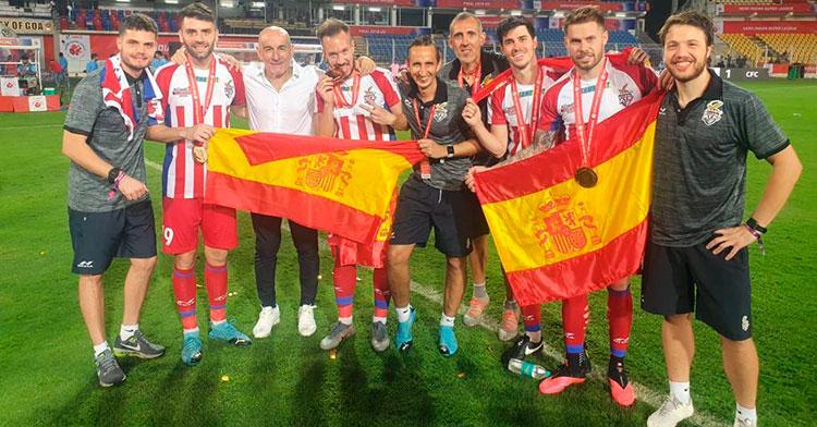 Antonio López, el tercero por la izquierda, junto a los jugadores españoles y su cuerpo técnico en el Atlético Kolkata.