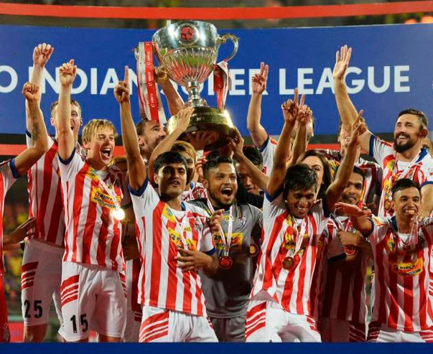 Javi Lara, a la izquierda, junto a sus compañeros celebrando el título de la Superliga de la India.