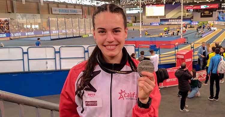 Radiante. Carmen Avilés mostrando su medalla de plata en el Campeonato de España Absoluto en el 400 metros.