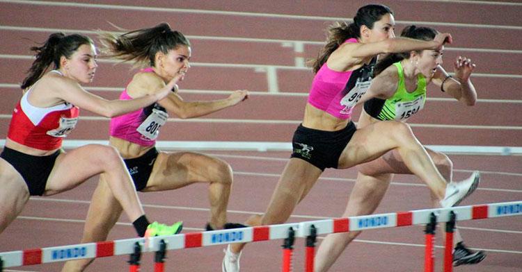 Carmen Romero saltando las vallas en el pasado campeonato de España de invierno.