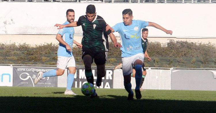 Jugadores de Ciudad de Lucena y Córdoba B en una jugada del derbi. Foto: Ciudad de Lucena